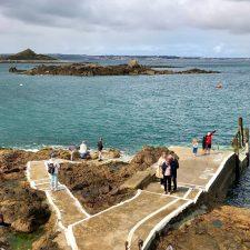 Herm Anlegestelle bei Ebbe Blick nach Guernsey